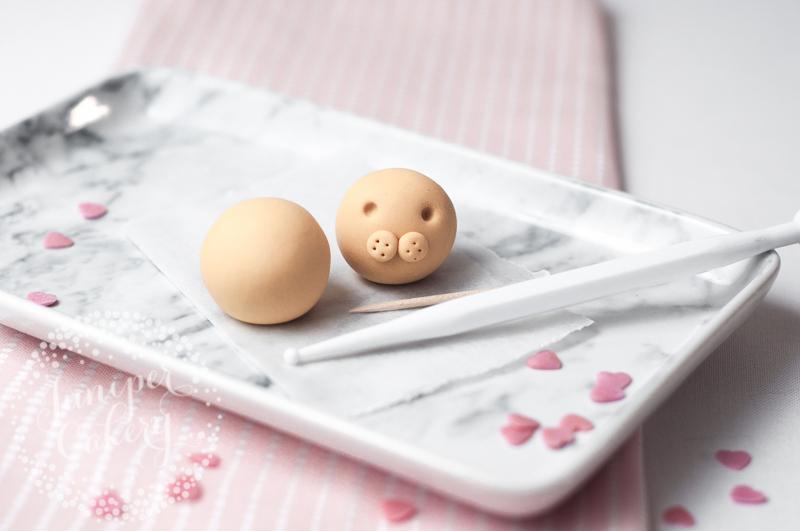 Cat themed Valentine's cupcake tutorial by Juniper Cakery