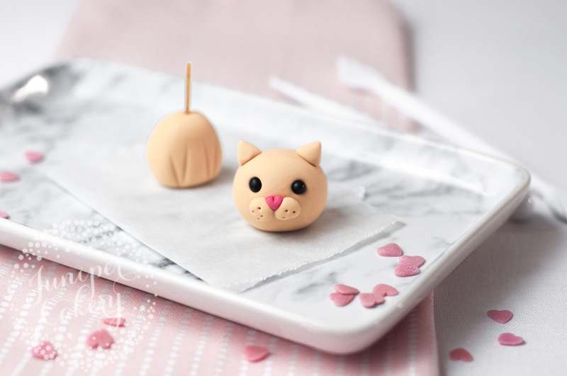 Fondant love cats cupcake tutorial for Valentine's Day by Juniper Cakery